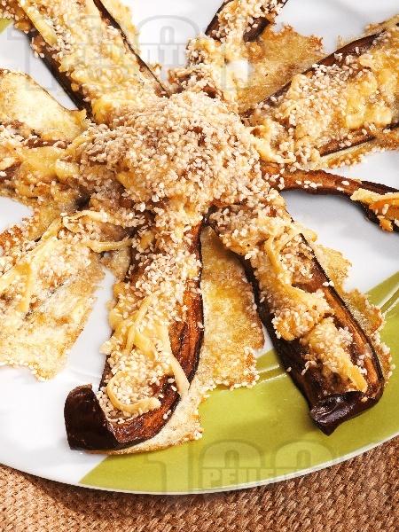 Патладжанови лодки пълнени със сирене, яйца, галета и кашкавал на фурна - снимка на рецептата